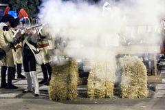 Γαλλικοί στρατιώτες που βάζουν φωτιά από ένα οδόφραγμα κατά τη διάρκεια της αντιπροσώπευσης της μάχης Bailen Στοκ Εικόνα