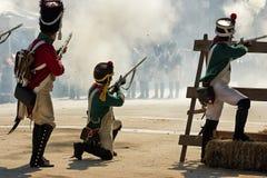 Γαλλικοί στρατιώτες που βάζουν φωτιά από ένα οδόφραγμα κατά τη διάρκεια της αντιπροσώπευσης της μάχης Bailen Στοκ εικόνα με δικαίωμα ελεύθερης χρήσης