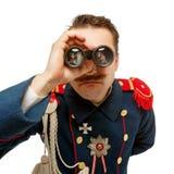 Γαλλικός γενικός με το όμορφο mustache που κοιτάζει μέσω διοφθαλμικού Στοκ Φωτογραφίες