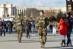 Γαλλικός στρατιωτικός σε μια οδό του Παρισιού στοκ εικόνα