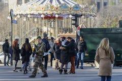 Γαλλικός στρατιωτικός σε μια οδό του Παρισιού Στοκ φωτογραφία με δικαίωμα ελεύθερης χρήσης
