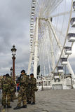 Γαλλικός στρατιωτικός σε μια οδό του Παρισιού στοκ φωτογραφίες με δικαίωμα ελεύθερης χρήσης