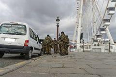 Γαλλικός στρατιωτικός σε μια οδό του Παρισιού Στοκ Φωτογραφία