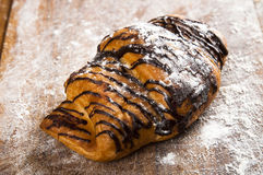 Γαλλικός croissant στο ξύλινο υπόβαθρο Στοκ Φωτογραφία