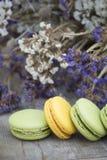 Γαλλικό επιδόρπιο macarons με το λουλούδι Στοκ Φωτογραφίες