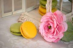 Γαλλικό επιδόρπιο macarons με το ροδαλό λουλούδι Στοκ Εικόνες