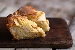Γαλλικό κέικ ρουμιού της Apple σε έναν ξύλινο πίνακα Στοκ εικόνα με δικαίωμα ελεύθερης χρήσης