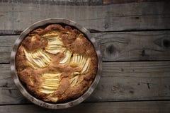 Γαλλικό κέικ ρουμιού της Apple σε έναν ξύλινο πίνακα Στοκ φωτογραφία με δικαίωμα ελεύθερης χρήσης