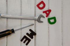 Γαλλικό κλειδί, κατσαβίδι με τον μπαμπά κειμένων και με Στοκ Εικόνες