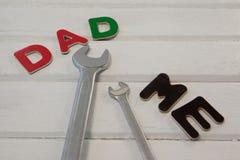 Γαλλικό κλειδί, κατσαβίδι με τον μπαμπά κειμένων και με Στοκ εικόνες με δικαίωμα ελεύθερης χρήσης
