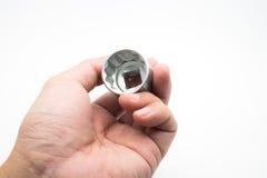 Γαλλικό κλειδί υποδοχών εκμετάλλευσης χεριών στο άσπρο υπόβαθρο Στοκ εικόνες με δικαίωμα ελεύθερης χρήσης