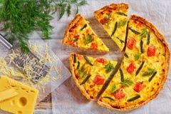 Γαλλικό πίτα με το σολομό, το πράσινα φασόλι και το τυρί Στοκ φωτογραφίες με δικαίωμα ελεύθερης χρήσης