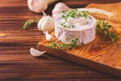 Γαλλικό σπιτικό Camembert τυρί με το θυμάρι και το σκόρδο Στοκ Εικόνες