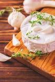 Γαλλικό σπιτικό Camembert τυρί με το θυμάρι και το σκόρδο Στοκ εικόνες με δικαίωμα ελεύθερης χρήσης