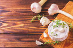 Γαλλικό σπιτικό Camembert τυρί με το θυμάρι και το σκόρδο Στοκ Φωτογραφίες