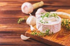 Γαλλικό σπιτικό Camembert τυρί με το θυμάρι και το σκόρδο Στοκ Φωτογραφία