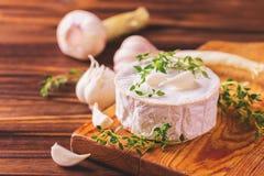 Γαλλικό σπιτικό Camembert τυρί με το θυμάρι και το σκόρδο Στοκ φωτογραφία με δικαίωμα ελεύθερης χρήσης