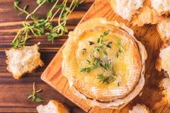 Γαλλικό ψημένο Camembert τυρί με το ψωμί θυμαριού και baguette Στοκ εικόνα με δικαίωμα ελεύθερης χρήσης