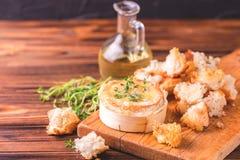Γαλλικό ψημένο Camembert τυρί με το ψωμί θυμαριού και baguette Στοκ φωτογραφία με δικαίωμα ελεύθερης χρήσης