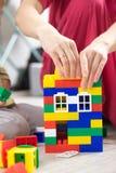 Γαλλικών κλειδιών πλαστικό παιχνιδιών σπιτιών χέρι στεγών χρώματος κόκκινο Στοκ εικόνες με δικαίωμα ελεύθερης χρήσης