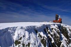 Γείσο και γκρεμός χιονιού το χειμώνα στην κλήση βουνών KrkonoÅ ¡ ε στοκ φωτογραφίες