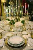 Γεγονός - άσπρη και χρυσή επιτραπέζια διακόσμηση, άσπρα λουλούδια στοκ εικόνες
