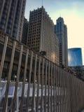 Γεγονός του Σικάγου Riverwalk που βλέπει πίσω από το διακοσμητικό εμπόδιο Στοκ Φωτογραφία