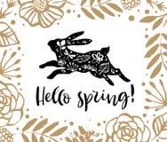 Γειά σου άνοιξη Τρέχοντας σκιαγραφία ενός κουνελιού στο πλαίσιο λουλουδιών Στοκ φωτογραφία με δικαίωμα ελεύθερης χρήσης