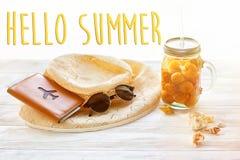 Γειά σου θερινό κείμενο στον κίτρινο χυμό κοκτέιλ με το βερίκοκο, καπέλο, SU Στοκ φωτογραφία με δικαίωμα ελεύθερης χρήσης