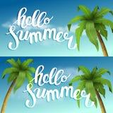 Γειά σου καλοκαίρι, θερινός χρόνος Η αφίσα στα πλαίσια της παραλίας με τους φοίνικες και τα σύννεφα Handdrawn απεικόνιση αποθεμάτων