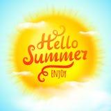 Γειά σου καλοκαίρι, τυπογραφική επιγραφή στον τρισδιάστατο ρεαλιστικό ήλιο επίσης corel σύρετε το διάνυσμα απεικόνισης διανυσματική απεικόνιση
