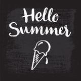 Γειά σου καλοκαίρι - χέρι-που γράφει Παγωτό σε έναν πίνακα Στοκ Φωτογραφίες