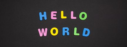 Γειά σου κόσμος που γράφει στο μαύρο υπόβαθρο εγγράφου στοκ φωτογραφία με δικαίωμα ελεύθερης χρήσης