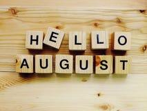 Γειά σου ξύλινες επιστολές αλφάβητου φραγμών Αυγούστου στο ξύλινο υπόβαθρο στοκ εικόνες με δικαίωμα ελεύθερης χρήσης