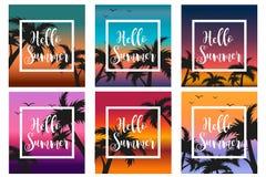 Γειά σου το καλοκαίρι έθεσε το πρότυπο για την αφίσα σε ένα άσπρο πλαίσιο σε ένα υπόβαθρο του ηλιοβασιλέματος και των φοινίκων ωκ διανυσματική απεικόνιση