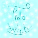 Γειά σου χειμερινό κείμενο Εγγραφή βουρτσών στο μπλε χειμερινό υπόβαθρο Στοκ φωτογραφία με δικαίωμα ελεύθερης χρήσης