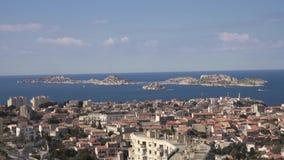 Γειτονιά και ακτή πόλεων της Μασσαλίας με τη θάλασσα απόθεμα βίντεο