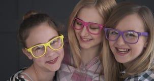 Γελώντας έφηβη που φορούν ζωηρόχρωμα eyeglasses φιλμ μικρού μήκους