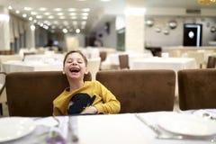 Γελώντας αγόρι στο εστιατόριο στοκ εικόνες