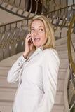 γελώντας γυναίκα τηλεφ&omeg Στοκ Φωτογραφία