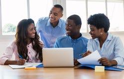 Γελώντας επιχειρηματίες και επιχειρηματίας αφροαμερικάνων στοκ εικόνες