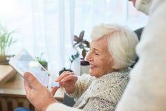 Γελώντας ηλικιωμένη κυρία Using Tablet στοκ εικόνα με δικαίωμα ελεύθερης χρήσης