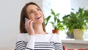 Γελώντας και μιλώντας σε Smartphone, όμορφη γυναίκα Στοκ φωτογραφία με δικαίωμα ελεύθερης χρήσης