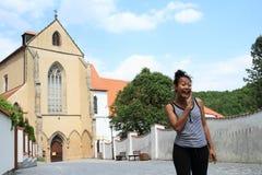 Γελώντας κορίτσι μπροστά από το ναό μοναστηριών της υπόθεσης της Virgin Mary Στοκ εικόνα με δικαίωμα ελεύθερης χρήσης