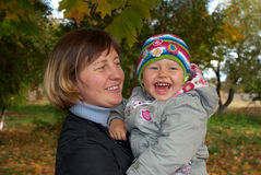γελώντας μητέρα μωρών Στοκ Φωτογραφία