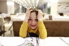 Γελώντας παιδί στο εστιατόριο στοκ φωτογραφία με δικαίωμα ελεύθερης χρήσης
