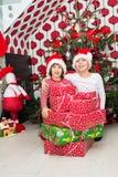 Γελώντας παιδιά με τα χριστουγεννιάτικα δώρα Στοκ εικόνα με δικαίωμα ελεύθερης χρήσης