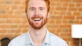 Γελώντας στο αστείο, πορτρέτο νεαρών άνδρων Στοκ φωτογραφία με δικαίωμα ελεύθερης χρήσης