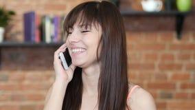 Γελώντας όμορφη γυναίκα που μιλά σε Smartphone, εσωτερικό Στοκ φωτογραφία με δικαίωμα ελεύθερης χρήσης