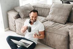 Γελώντας ώριμο άτομο που μιλά στο κινητό τηλέφωνο Στοκ εικόνες με δικαίωμα ελεύθερης χρήσης